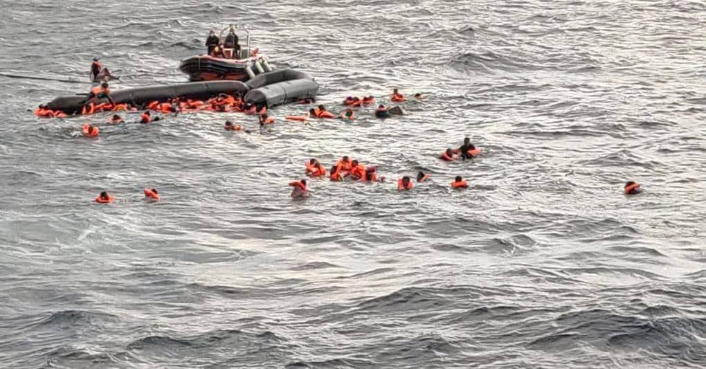 La nave di Open Arms mentre interviene in soccorso dei migranti (Reuters)